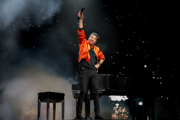 LIONEL RICHIE SERENADES RADIO CITY MUSIC HALL
